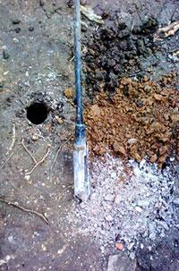 Sondage à la tarière manuelle présentant des sols impactés en tête